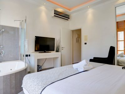 raphael hotels session2 019 400x300 Luxury One Bedroom Suite